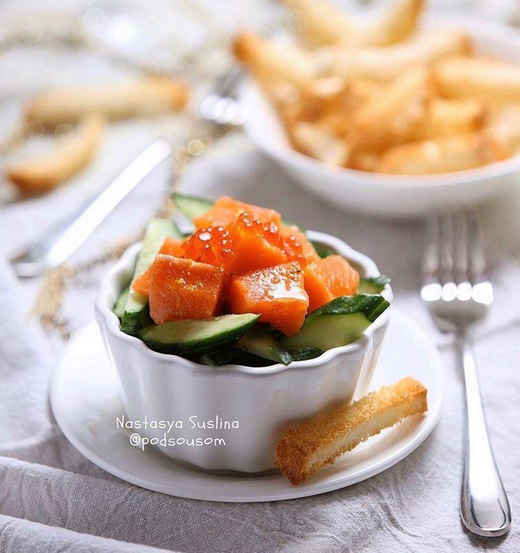 Закуска із червоної риби та огірка