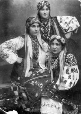 Молоді українки у вінках