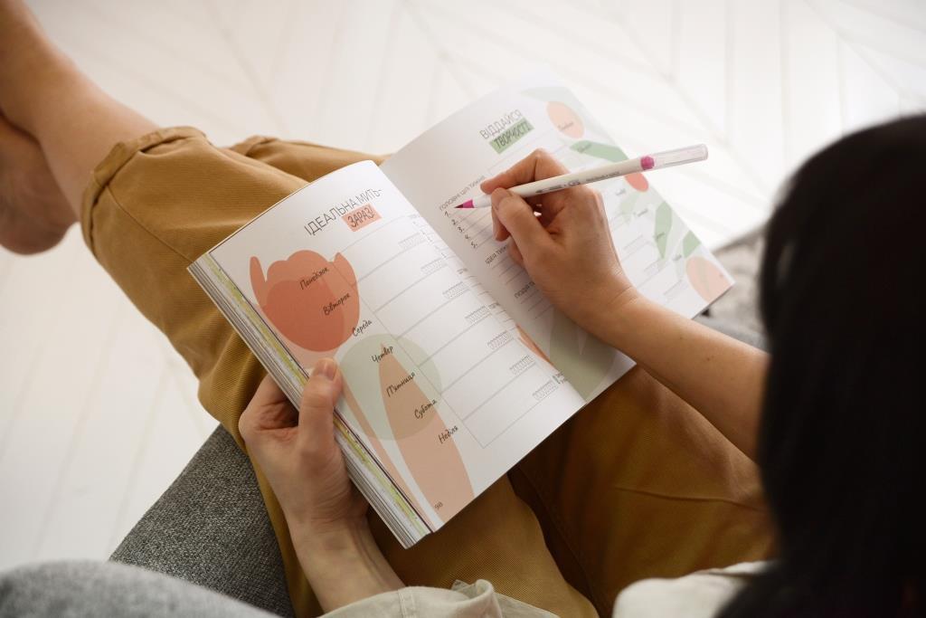 """Яскравий дизайн щоденника, психологічні практики, """"вправи"""" швидкої підзарядки"""