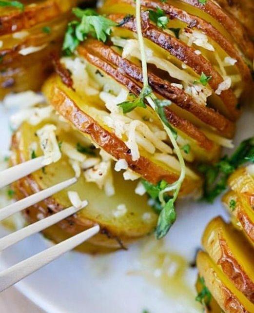Запечена картопля: 5 цікавих рецептів простої страви