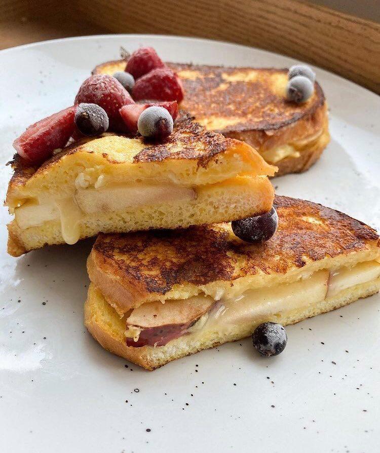 Рецепт тостів, тости з камамбером та яблуком