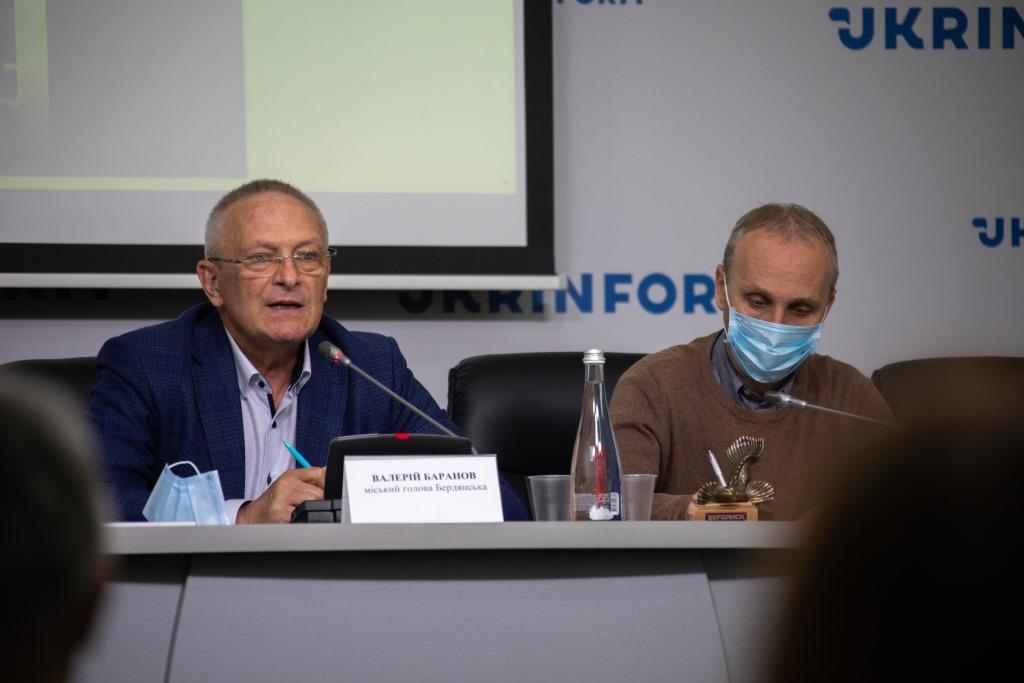 Мер Бердянська Валерій Баранов,  голова Travel Press Club Володимир Царук